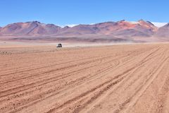 4WD dans le désert de montagne Photographie stock libre de droits