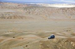 4WD in der Gobi-Wüste Lizenzfreie Stockbilder