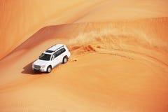 4x4打击的沙丘是阿拉伯人的一个普遍的体育运动 图库摄影