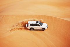 4x4打击的沙丘是阿拉伯人的一个普遍的体育运动 免版税库存照片
