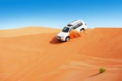 4x4打击的沙丘是阿拉伯人的一个普遍的体育运动 库存图片