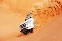 4x4打击的沙丘是阿拉伯人的一个普遍的体育运动 库存照片