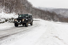 4x4 auf schneebedeckter Straße Stockfotografie