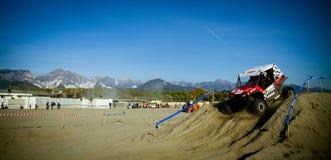 4x4 che corre sulla spiaggia Fotografie Stock Libere da Diritti