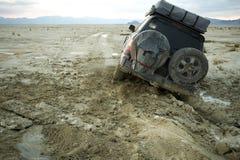 4x4 coincé dans la boue au coucher du soleil Image libre de droits