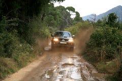4x4, das in Kroatien off-roading ist. lizenzfreies stockbild