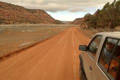 4x4 en un camino de tierra Imagenes de archivo