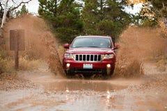4x4 fuori dall'esecuzione di sfida del fango della strada fotografia stock