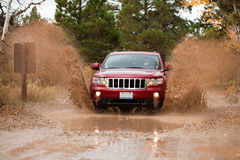4x4 outre de passage d'enjeu de boue de route photographie stock