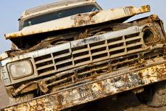4x4 velho oxidado furado em uma praia Imagens de Stock