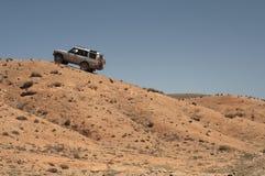 4x4 voertuig dat offroads in steppe drijft Stock Fotografie