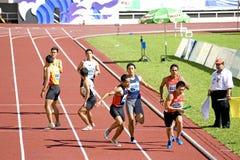 4x400 degli uomini misura la corsa con un contatore Fotografia Stock