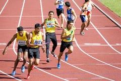 4x400 degli uomini misura la corsa con un contatore Immagine Stock