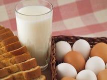 5个面包鸡蛋挤奶钉书针 库存照片