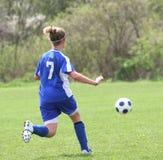 5个活动女孩青少年球员的足球 图库摄影