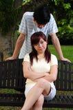 5对恼怒的长凳夫妇喜爱坐 免版税图库摄影
