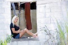 5放弃了美丽的白肤金发的房子 图库摄影