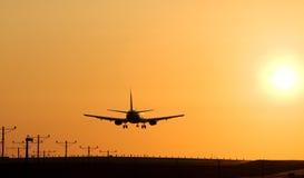 5架喷气机着陆日落 库存图片
