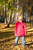 5片秋天儿童叶子投掷 免版税图库摄影