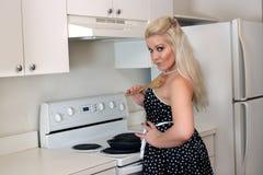 5美丽的白肤金发的厨房 免版税库存照片