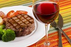 5 ψημένο στη σχάρα βόειου κρέατος κρασί μπριζόλας γυαλιού κόκκινο Στοκ Φωτογραφία