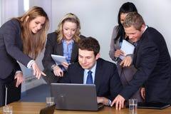 5 детенышей команды конференц-зала предпринимателей Стоковая Фотография RF