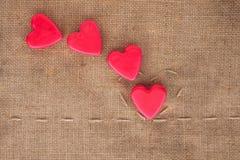 5 из сердец на дерюге Стоковая Фотография