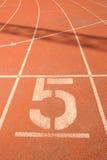 5 путь стадиона гонки решетки травы 5 футболов Стоковые Фотографии RF