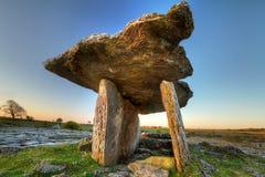 5 000 anni del Dolmen di Polnabrone in Burren Fotografie Stock Libere da Diritti