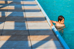 5个男孩池游泳 免版税库存图片