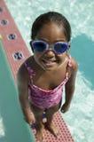5 6女孩风镜游泳佩带 免版税库存图片