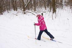 5 anni di corsa con gli sci che attraversa il paese della ragazza Fotografia Stock Libera da Diritti