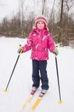 5 anni di corsa con gli sci che attraversa il paese della ragazza Fotografie Stock Libere da Diritti