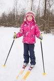 5 anos de esqui através dos campos da menina idosa Fotos de Stock Royalty Free
