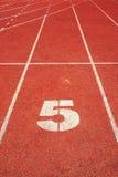 5 auf einer laufenden Spurzeile Stockbilder