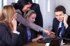 5 biznesmenów laptopu drużyny działanie Obrazy Royalty Free