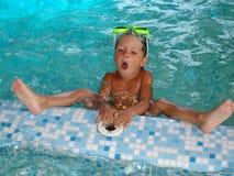 #5.Boy en piscina. Foto de archivo