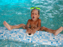 #5.Boy im Swimmingpool. Stockfoto