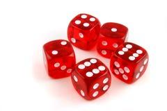 5 dadi gettati sulla tabella Immagini Stock
