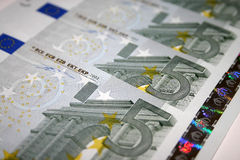 5 euro nota's stock afbeeldingen