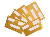 5 gelbe Postpakete (Umschläge), Papier aufbereitend Stockfotografie
