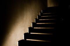 5 mörka trappa Arkivfoton