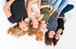 5 muchachas felices al revés imagenes de archivo