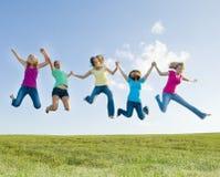 5 ragazze che saltano nell'aria Immagine Stock