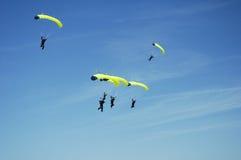 5 skydiving的小组 免版税库存图片