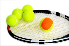 5 tennis e racchette di tennis Fotografie Stock Libere da Diritti
