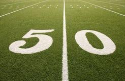 50个美国人特写镜头领域橄榄球线路围 库存图片