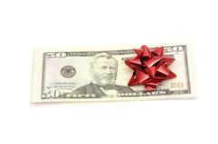 50 Dollar mit Feiertagsbogen Lizenzfreie Stockfotografie