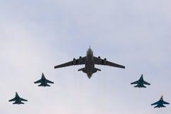 A-50 fliegt mit Kämpfergeleitschutz Stockbild