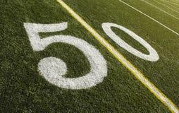 50 linha de jardas campo de futebol Imagens de Stock Royalty Free